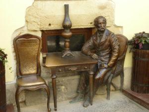 Памятник изобретателям керосиновой лампы